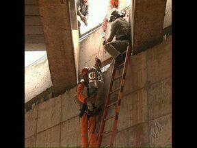 Operário tem que ser resgatado pelos bombeiros em obra de viaduto - O ajudante geral, que trabalha nas obras de duplicação da PR 445, em Londrina, teve um problema na coluna, não conseguia se mexer e sentia muita dor. Os bombeiros tiveram que usar equipamentos de rapel para fazer o resgate.
