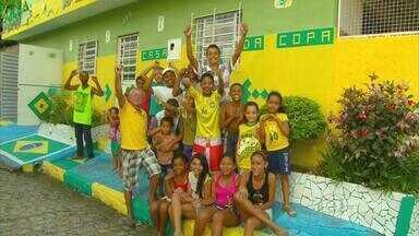 Aposentado 'veste' casa de verde e amarelo - Casa de Eduardo Fernando virou atração no bairro da Iputinga.
