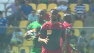 Seleção de Camarões faz primeiro treino no ES - Camaroneses treinaram no estádio Kleber Andrade e o atacante Samuel Eto'o atendeu aos fãs.