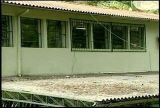 Merenda deixa 61 intoxicados em escola de Petrópolis, no interior do RJ - Molho de salsicha servido 2 dias depois pode ter sido a causa do problema.Secretaria de Educação do Município vai investigar o caso.