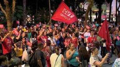 Professores em greve fazem outra manifestação em Juiz de Fora - Eles se concentraram em frente à Câmara de Vereadores. Próxima reunião com a Prefeitura está marcada para esta quarta-feira (11).