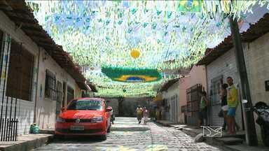 Moradores de São Luís disputam prêmio para a rua mais enfeitada para a Copa - Ritmo de competição entre as seleções em campo motivou outra disputa. Moradores da Vila Palmeira vão competir nas ruas, com desenhos no asfalto, laços e fitas.