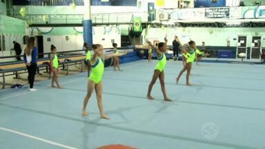 Crianças de Três Rios, RJ, participam de projeto de ginástica artística - Objetivo é incentivar a prática do esporte na cidade; mais de 1200 atletas estão cadastrados no projeto.