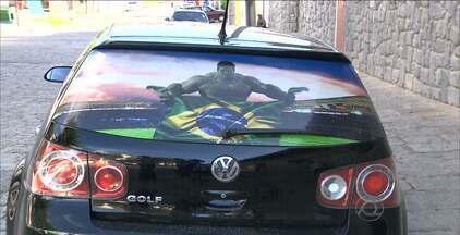 Paraibanos adesivam o carro com as cores verde e amarelo para a Copa - Em clima de Copa, paraibanos começam a adesivar seus carros com as cores verde e amarelo para torcerem para o Brasil em mais um Mundial da Fifa