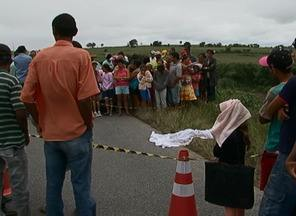 Criança morre ao cair de ônibus na PE-177 em São João, Agreste de PE - Vítima estava indo para a escola e a porta do veículo abriu, segundo a PM.