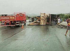 Pessoas ficam feridas após caminhão tombar em Caruaru, Agreste de Pernambuco - Vítimas estavam nos veículos, foram socorridas pelo Samu e passam bem.