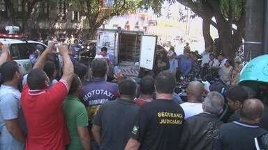 Homem é executado a tiros em rua no Centro de Manaus - Crime aconteceu em frente à sede o Tribunal Regional Eleitoral (TRT).Suspeitos chegaram em uma moto, abordaram a vítima, e fizeram disparos.