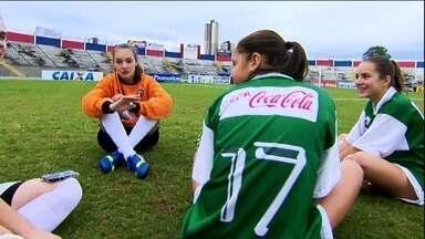Papel de gandula está nas mãos de meninas do Paraná - Eles não marcam gols, nem apitam, mas têm uma função muito importante para o jogo não parar, os gandulas.