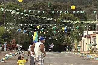 Torcedores enfeitam ruas para a Copa do Mundo - Moradores pintaram a calçada, o asfalto e até penduraram bandeirolas verdes e amarelas por toda a rua.