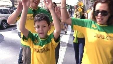 Torcidas do Brasil e da Croácia se encontram na Avenida Paulista - Desde cedo, paulistanos e turistas aproveitam o feriado para passear de verde e amarelo por São Paulo.