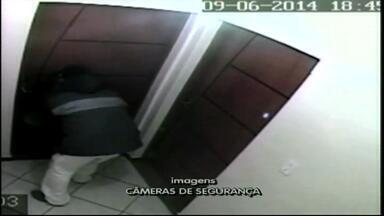 Câmera de segurança flagra assaltante - Ladrão age como morador.