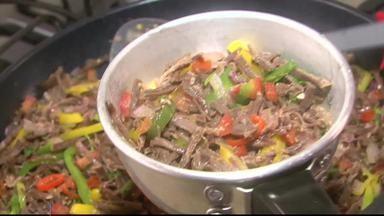 Aprenda a fazer um delicioso cuscuz recheado com carne de sol - Receita é de dar água na boca.
