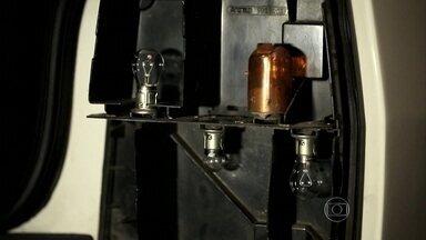 Veja como trocar a lâmpada queimada do farol - Se o problema não for elétrico, mostramos como é fácil e barato trocar a lâmpada queimada sem ajuda de especialistas.