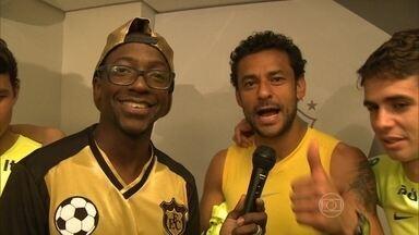 Muita festa! Mumuzinho imita Felipão na Granja Comary - Em ritmo de samba, Neymar cai na dança com o cantor
