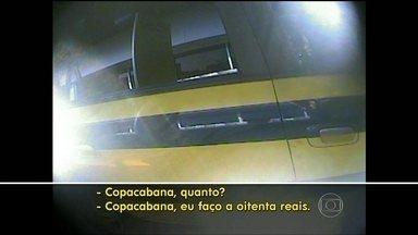 Taxistas cobram corridas pelo tiro no Aeroporto Tom Jobim - Taxistas abordam turistas e torcedores que chegam ao Rio de Janeiro no Aeroporto Internacional Tom Jobim. As cobranças são oferecidas no tiro, sem passar por taxímetro, o que é proibido.