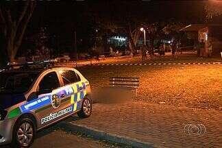 Dez pessoas são assassinadas em menos de 12 horas em Goiânia - Em um dos crimes, uma adolescente de 13 anos foi morta a tiros no Bairro Goiá. Ela estava com mais duas amigas em um banco da Praça das Bandeiras quando foi baleada.
