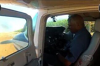 Dois homens são presos suspeitos de tráfico internacional de drogas, em Goiás - Eles são apontados como o piloto de um monomotor apreendido com 360 kg de pasta base de cocaína e o dono do entorpecente. Prisões ocorreram no sábado (21), na zona rural de Santa Helena de Goiás.