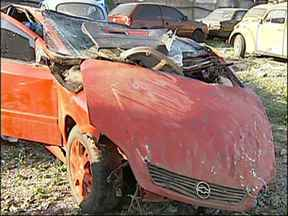 Quatro pessoas morrem em acidente grave na região de Itapetininga - Quatro pessoas morreram num grave acidente na vicinal que liga Boituva a Cerquilho, região de Itapetininga. O motorista perdeu o controle do veículo e caiu de um barranco de quase cinco metros. O carro foi parar em uma rodovia.