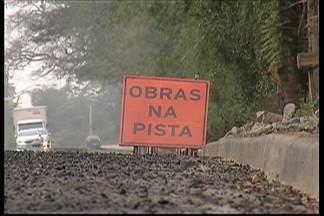 Motoristas devem trafegar com cautela na Mogi-Guararema - O prazo final para conclusão das obras é agosto deste ano. Até lá, trechos da via operam no sistema pare e siga, além de apresentar desníveis.