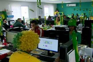 Funcionários optam por assistir ao jogo no trabalho para evitar caos no trânsito - O SPTV encontrou uma galera que não quer correr nenhum risco e vai assistir ao jogo do Brasil no trabalho mesmo. A empresa deu uma força e liberou até uma cervejinha na hora da partida.