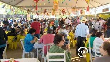 Festival Junino é atração em Pindamonhangaba, SP - Primeiro dia da festa teve música, dança e quadrilha dentro de um vagão de trem.