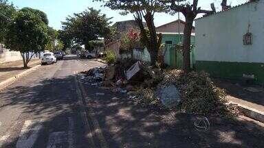 Moradores do bairro Guanandi reclamam do lixo nas ruas - O lixo está nas ruas há mais de duas semanas. A prefeitura informou que o bairro está na programação de limpeza