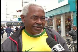 Brasileiros dividem opiniões sobre campanha do Brasil na Copa - Apesar disso, torcida está confiante na vitória contra Camarões na tarde desta segunda-feira