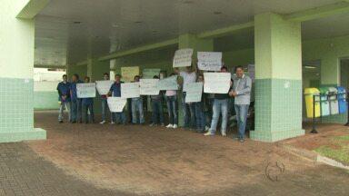 Ex-funcionários de terceirizadas protestam em frente ao Hospital Municipal - Eles não receberam pagamento do último mês de trabalho