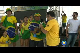 """Hoje tem """"Torcida na Praça"""" no Valentina Figueiredo, em João Pessoa - Alguns torcedores aproveitaram para dar o placar do jogo Brasil X Camarões e eles estão bem confiantes."""