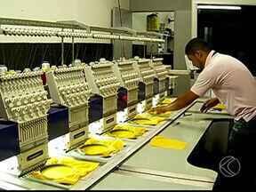 Copa do Mundo movimenta setor de confecções de Uberlândia - Empresas aproveitam o Mundial e mudam as cores dos uniformes. Produção aumentou em 40%.