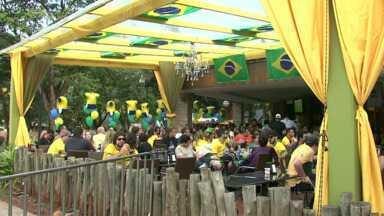 Muita gente foi a bares de Maringá assistir ao jogo e comemorar a vitória do Brasil - A Seleção Brasileira agora está nas oitavas de final