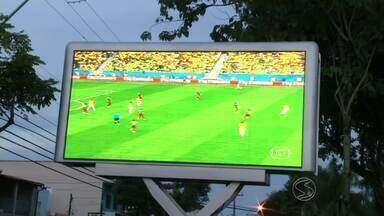 Torcidas de Resende e Angra dos Reis, RJ, festejam classificação do Brasil - Com as cores verde e amarela, torcedores vibraram juntos a cada gol marcado pelo time de Felipão.