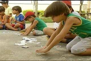 Garotada montes-clarense ainda corre para completar o álbum de figurinhas da Copa - Diversão para meninos e meninas.