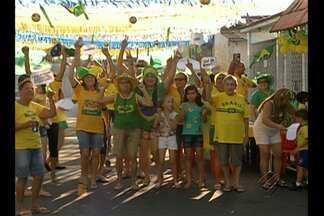 Torcedores enfeitaram rua em Ananindeua para acompanhar a seleção - Moradores se reuniram para acompanhar a partida.