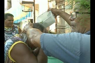 Moradores mantém tradição do Banho de cheiro há mais de 40 anos - Passagem Marcílio Dias, no Jurunas, mantém tradição na véspera do dia de São João.