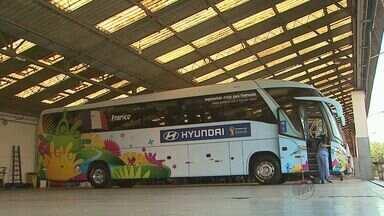 Conheça o ônibus que transporta a Seleção Francesa em Ribeirão Preto - Motorista conta que faz o percurso ao som de músicas cantadas pelo técnico do time europeu.