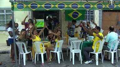 Chuva não atrapalha festa dos sergipanos durante jogo do Brasil - Sergipanos acompanham vitória do Brasil sobre Camarões pela Copa do Mundo