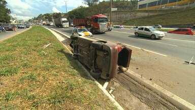 Acidente deixa uma criança ferida no Anel Rodoviário de Belo Horizonte - O capotamento foi na altura do bairro Engenho Nogueira, no sentido Vitória.