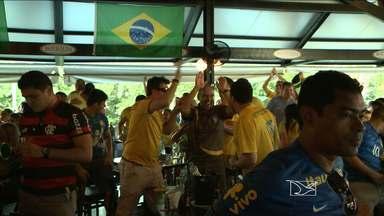 Com bom humor e animação, maranhenses vibraram com a vitória da nossa seleção - Hoje o petisco mais vendido nos bares de São Luís foi o camarão! E no bairro da Madre Deus, muitos torcedores se reuniram pra assistir ao jogo e comemorar a vitória da seleção brasileira.