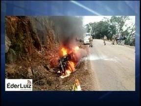 Carro pega fogo após cair em uma vala em Joaçaba - Carro pega fogo após cair em uma vala em Joaçaba