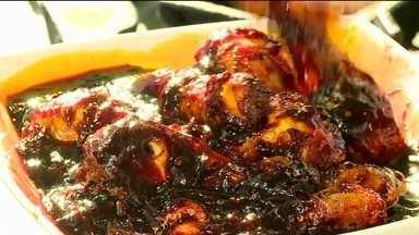 Conheça a comida mais picante do mundo - Trinta pessoas já tentaram comer o prato, com dez coxas de galinha, mas ninguém conseguiu. A iguaria é preparada pelo chefe Muhammad Karim, com duas das pimentas mais ardentes do mundo. Para tocar nas estrelas do prato é preciso usar luvas.