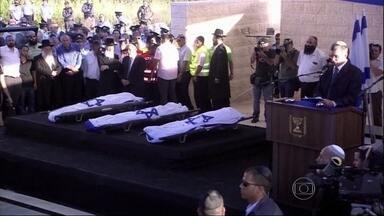 Funerais de três adolescentes sequestrados e mortos na Cisjordânia comovem Israel - Foram três velórios separados. Três procissões que atravessaram cidades, e percorreram quilômetros a pé. Quanto mais a gente se aproxima do cemitério, maior é a multidão.