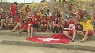 Torcedores suíços 'invadem' Fifa Fan Fest em Manaus e tentam 'secar' a Argentina - Cuka Fresca e Whisky House se apresentaram no evento nesta terça (1º).Vitórias da Argentina e Bélgica foram transmitidas ao vivo em telão.