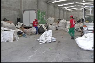 Cooperativa de reciclagem de Poá recolhe materiais da Arena Corinthians - Grupo está entre os autorizados para separar o material reciclado do lixo. 30 catadores do Alto Tietê fazem o serviço no estádio nos dias de jogo.