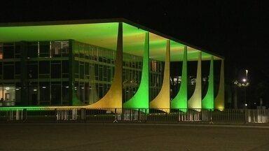 Iluminação de monumentos encanta turistas e brasilienses que circulam pela capital à noite - Os monumentos de Brasília receberam uma iluminação especial durante a Copa do Mundo. As cores verde e amarela podem ser vistas por toda a parte.