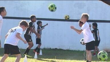 Escolinhas de futebol ficam lotadas de futuros craques com a Copa do Mundo - A Copa do Mundo desperta uma paixão tão forte nos meninos que as escolinhas de futebol, de repente, ficaram lotadas de futuros craques. E os jogadores profissionais servem de exemplo.