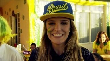 Rafa Brites bate papo com moradores de rua decorada em São José dos Campos - Vizinhos se reúnem para torcer e enfeitar tudo de verde e amarelo