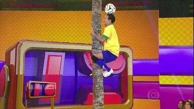 Dois em um! Valdir Marques sobe em coqueiro com bola na cabeça - Participante há 11 anos vive de embaixadinhas