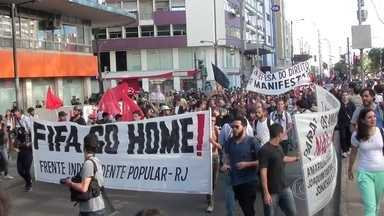 Protesto contra os gastos da Copa termina em confronto com a polícia na Tijuca - Cerca de 150 pessoas fizeram um protesto na Tijuca. Houve confronto com a Polícia Militar. Manifestantes reclamaram que os agentes agiram com violência para reprimir a manifestação.