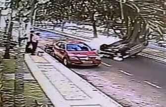 Carro capota após motorista bater em veículo estacionado, em Goiânia - A polícia trabalha com a hipótese de imprudência do condutor ou que ele possa ter dormido ao volante. O motorista sofreu apenas ferimentos leves.